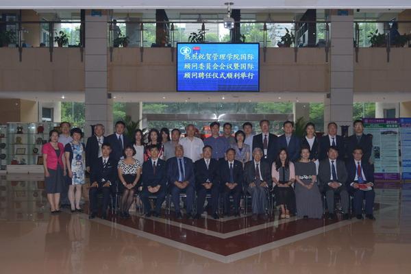 上节目猜�z`yi#�jyi-��':e&y�.z�_会上,王树国校长和汪应洛院士分别为管理学院国际顾问委员颁发了聘书.