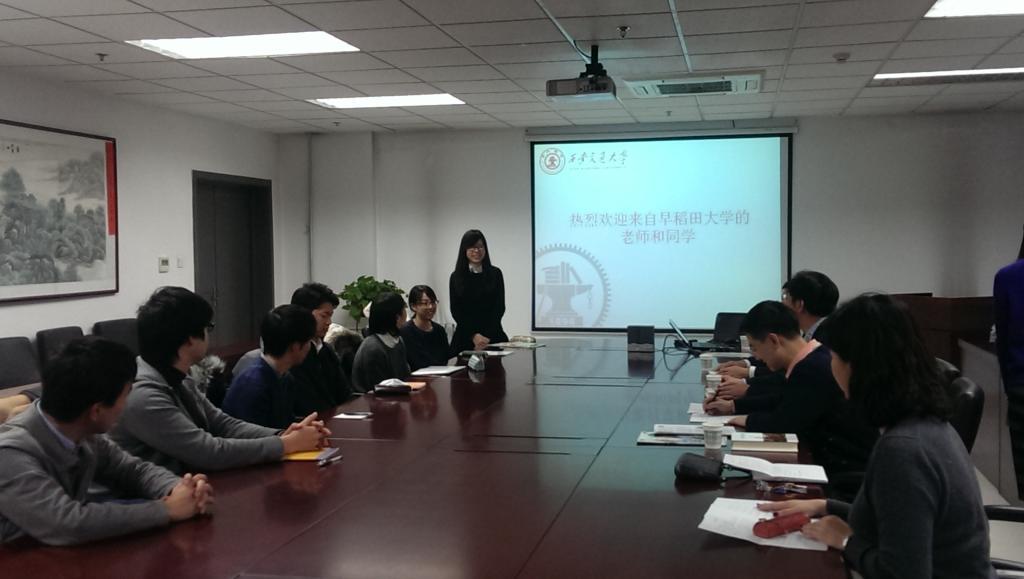 2015年12月20日至29日,日本早稻田大學教育學部師生一行訪問了西安交大外國語學院。在為期9天的時間里,同日語系師生進行了多方面的深入交流。  本次交流活動基于西安交通大學與日本早稻田大學于2003年簽訂的校際學術交流協議,在學校國際處的支持和日本學生支援機構(JASSO)的資助下,由西安交通大學外國語學院與早稻田大學教育學部及教育學研究科互派本科生和研究生進行短期互訪,旨在從比較的視點探究中日兩國的語言和文化,促進雙方學生的交流互動,提升學生的人文素質,開闊學生的國際化視野。 該項目由早稻田大學教育