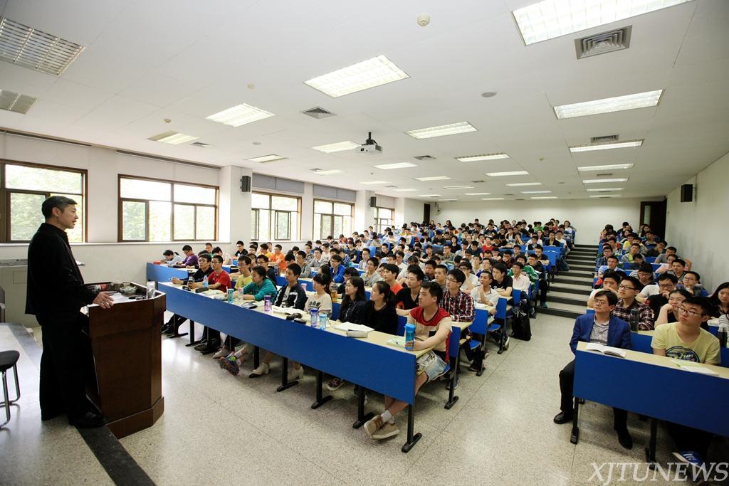 张迈曾书记为学生讲思政课:构建理论体系 培养科学思维