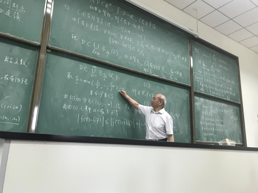 每次上课前,他会提前把讲义完完整整地书写一遍;上课时,他的板书总是图片
